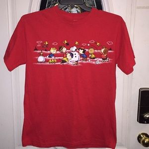 EUC SIZE MED PEANUTS AND THE GANG WINTER SCENE TEE